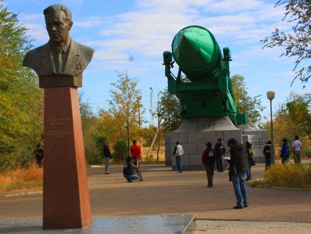 Бюст академику Янгель и его детище - ракета СС-20.