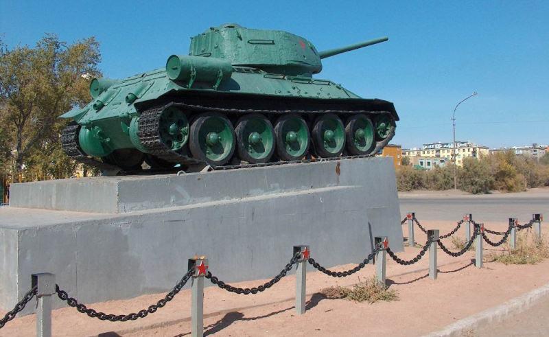 Памятник танку на центральной площади города. 2006 год.