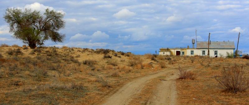 Грунтовая дорога проходящая через аул Старый Каратерен. Апрель, 2013 года.
