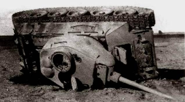 Этот Т-34 сильно пострадал, но могло быть и хуже, окажись он чуть ближе к взрыву.