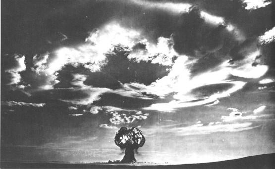 Фотография процесса ядерного взрыва на полигоне.