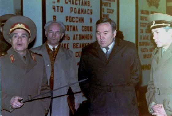 Президент Казахстана Н. А. Назарбаев и командующий полигоном генерал-майор А. Д. Ильенко.