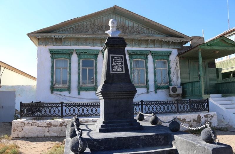 Памятник Алексею Баутину в поселке Баутино. Мангистауская область.