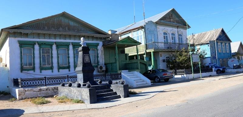 Старые дома в поселке Баутино и памятник Алексею Баутину.