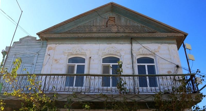 Старые дома в поселке Баутино.