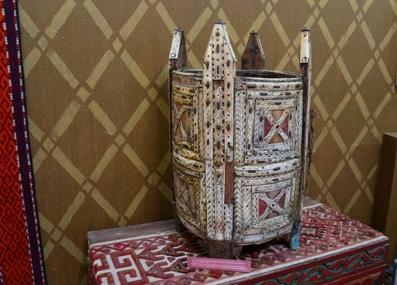 Характерная для казахов Мангистау и Устюрта оригинальной формы люлька – «ком» для перевозки детей на верблюдах во время перекочевок.