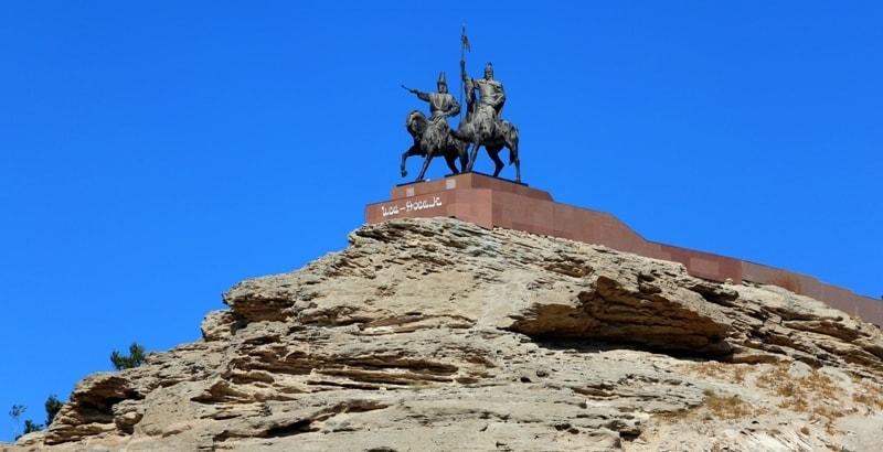 Памятник Иса-Досан.