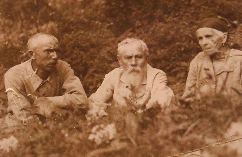 Захар Кузьмич Дубский (Захар-бакчи) (в центре) с женой и сыном Анатолием. 1936 год. Из архива семьи Дубских.