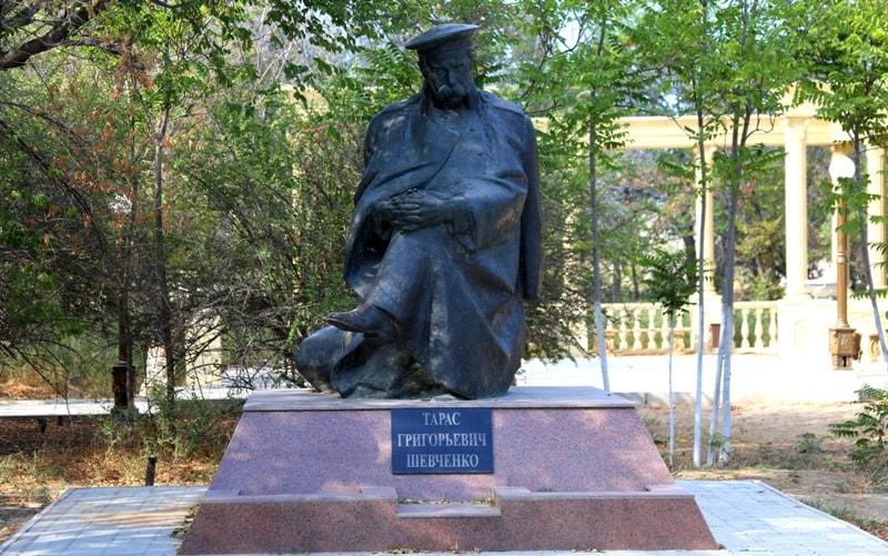 Памятник Тарасу Шевченко в парке города Форт-Шевченко.