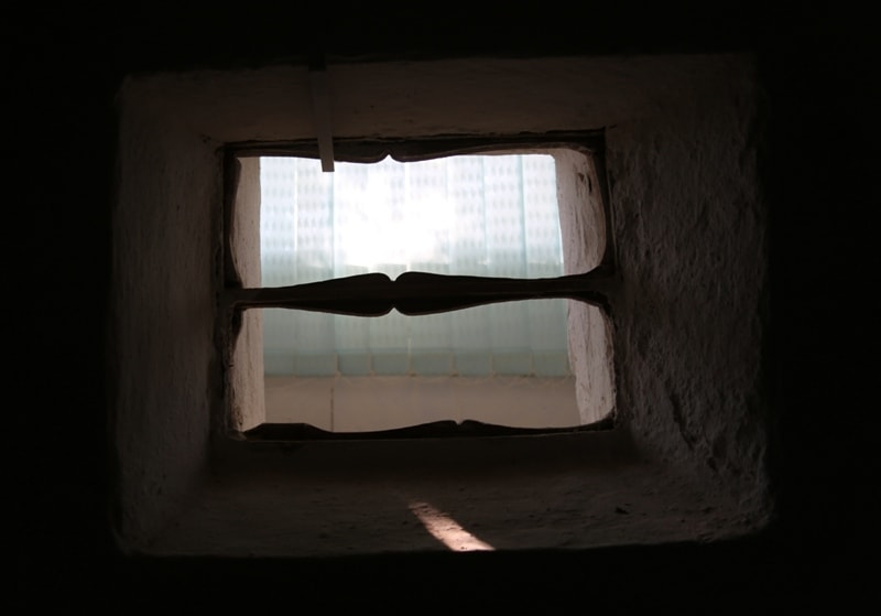 Окно в землянке Тараса Шевченко в музее города Форт-Шевченко.