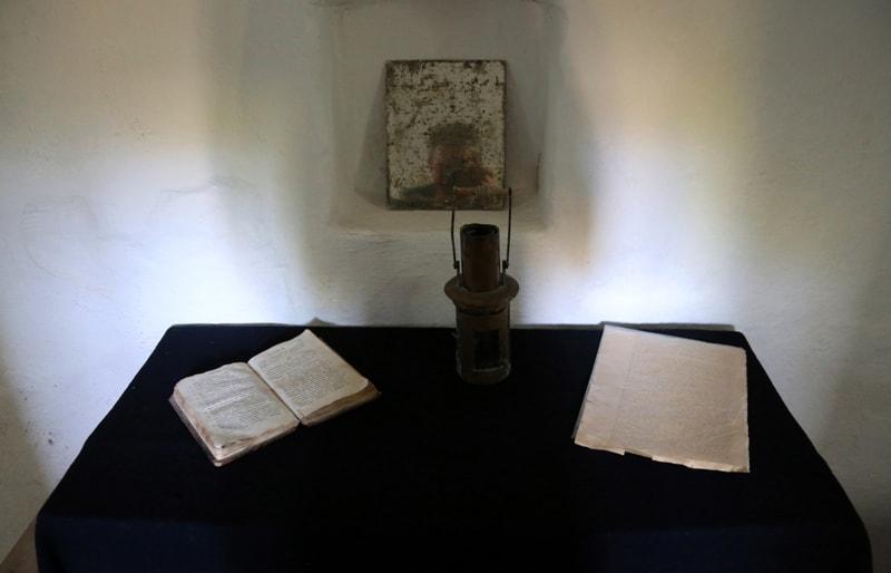 Стол в землянке Тараса Шевченко в музее города Форт-Шевченко.