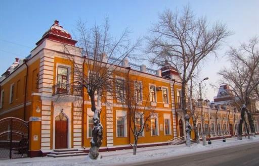В верхней части здание украшено башенками с ажурными коваными решетками.