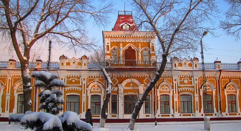 Так выглядит сегодня Торговый дом А.И. Дерова, в котором располагается областной историко-краеведческий музей имени Григория Потанина.