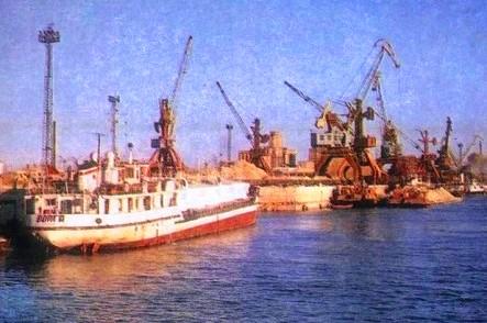 Речной грузовой порт на реке Иртыш.
