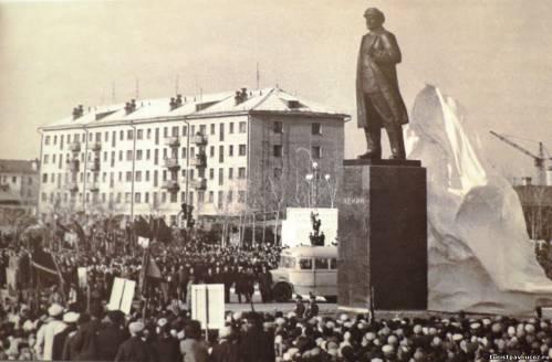 21 апреля 1966 года был открыт памятник Владимиру Ильичу Ленину.