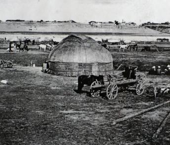 Левый берег Иртыша. Поле для меновой торговли  напротив Павлодара. 1895 год.