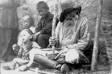 Аксакал готовит табак. 20-ые годы прошлого столетия. Фотограф Д. Багаев.