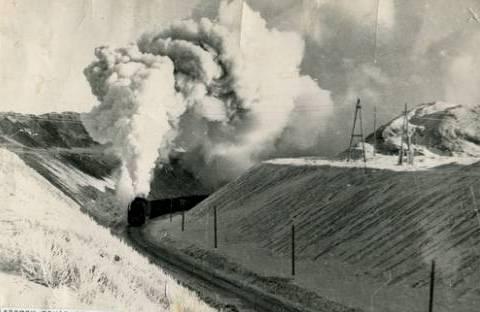 Паровоз доставляет уголь из разреза на первую углесборочную станцию.