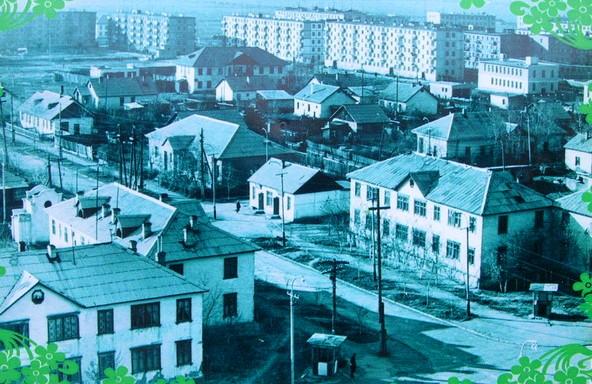 Фотография города сделанная с колеса обозрения в городском парке.