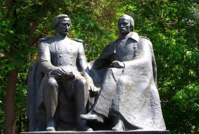 Памятник на территории музея Ч. Валиханову и Ф. Достоевскому.