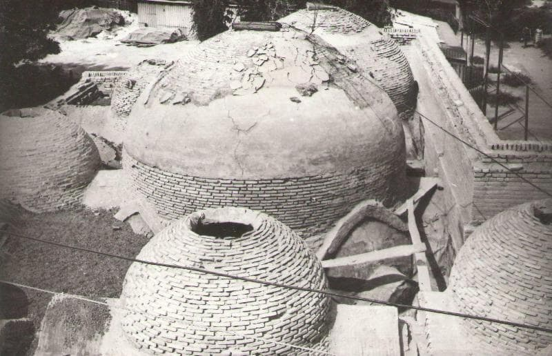 Domes of the Kali-Yunus bathhouse before restoration, photograph of 1982.