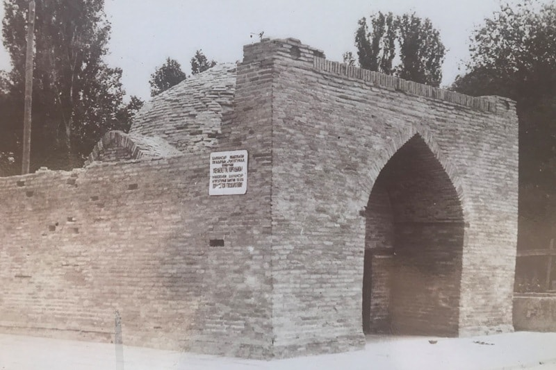 Photo of the mausoleum of Dauytbek of the 80s of the last century.