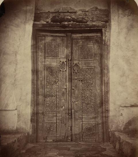 Наружная дверь, ведущая в мавзолей святого султана Ахмеда Ясави. Фотография из Туркестанского альбома Кауфмана.