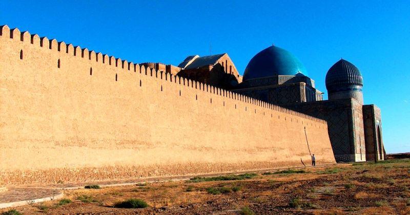 Крепостная стена Туркестана.