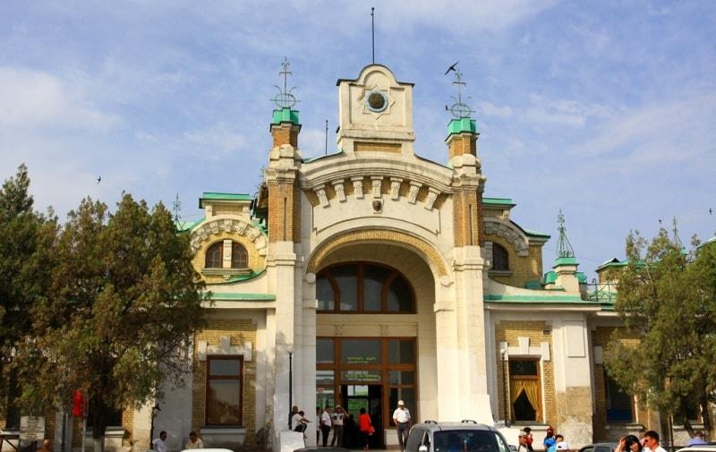 Главный вход в железнодорожный вокзал Туркестана.