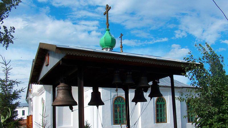 Звонница у Свято-Троицкого храма в городе Оскемен.