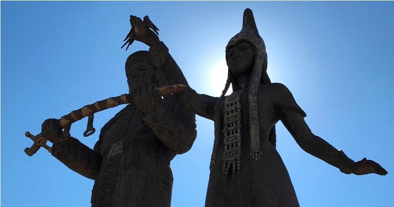 Памятник Баян-Сулу и Козы-Корпеш.