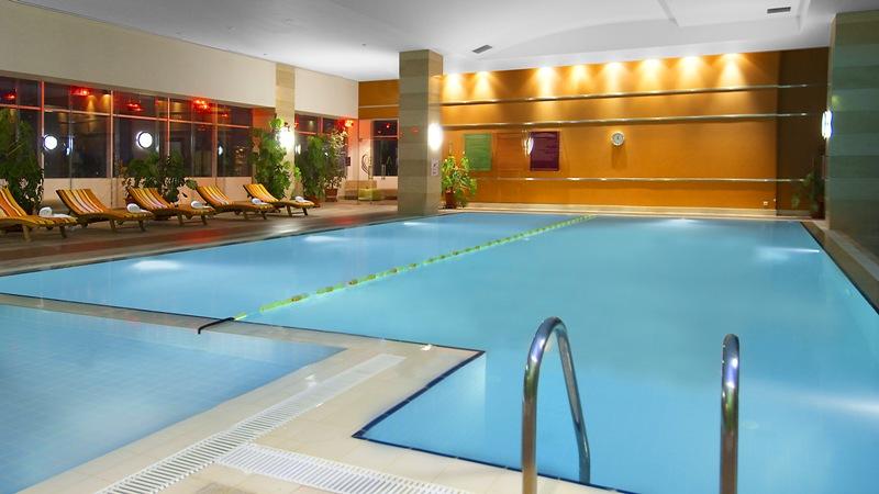 Внутренний бассейн гостиницы.