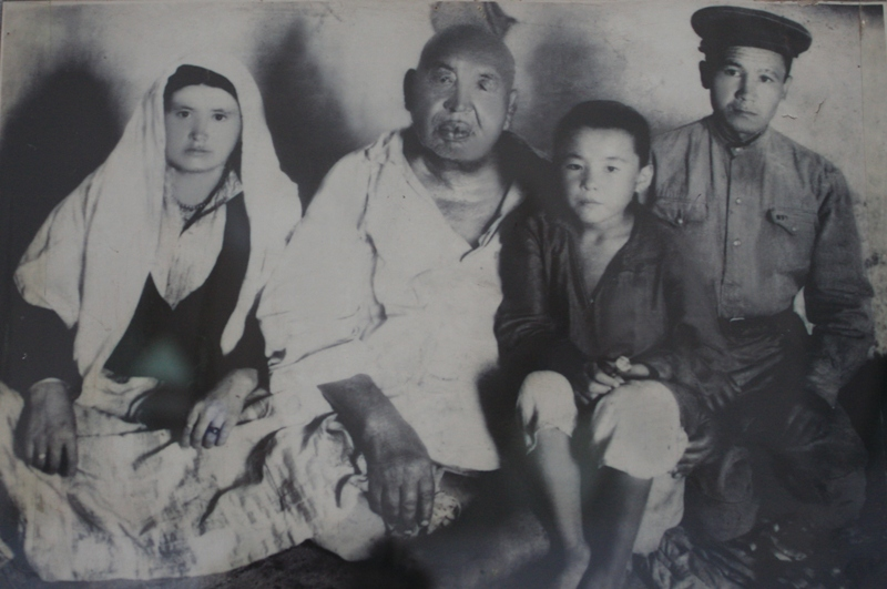 Kazakh wrestler – Khadzhi Mukan and family.