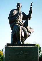 Памятник Акану-серэ в Кокшетау. (Архитектор А. Кайнарбаев, скульптор Т. Досмагамбетов).  Открыт 1 августа 1991 года.