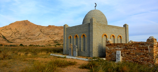 Мавзолей Шашубая Кошкарбаева у горного массива Бектау-Ата.