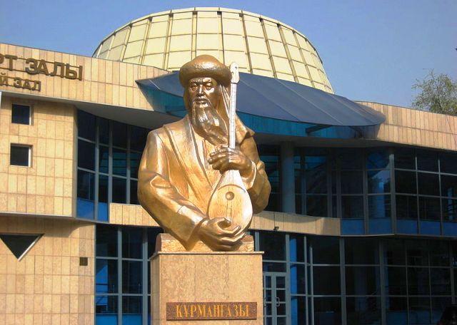 Памятник Курмангазы в Алма-Ате, установлен 25 апреля 2012.