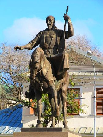 Памятник казахскому поэту Курмангазы в Астрахани, установленный 12 декабря 2009.