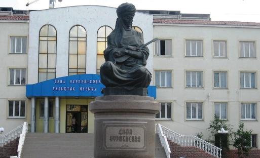 Памятник Нурпеисовой Дине.
