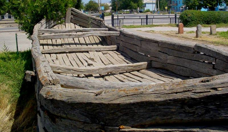 The wooden boat from the Syr Darya River.
