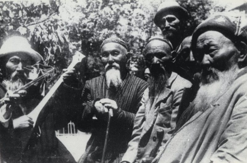 Akyns of Zhetysu Zhambyk Zhbaev (in the center, 1-st number), Kenen Azerbaev (on the right), Umbetali Karimbaev (at the left), etc. 1943