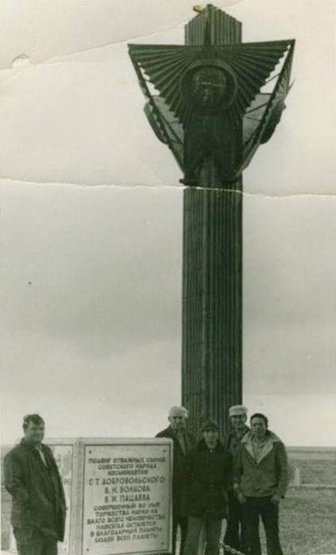Первый памятник космонавтам на месте гибели.