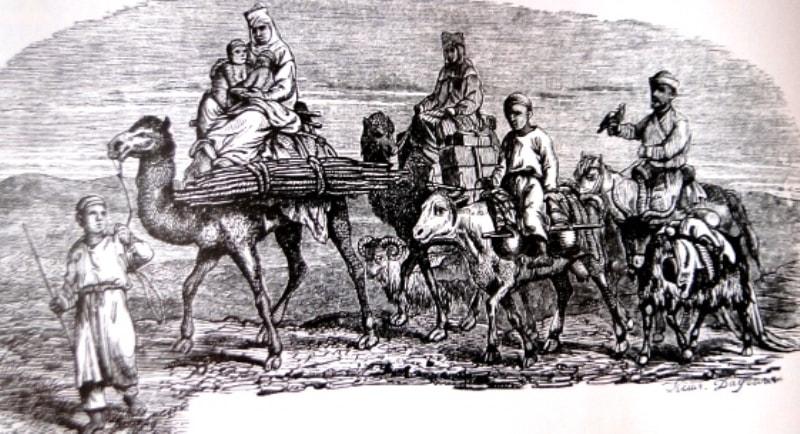 Кочевка семьи казахов в степи.