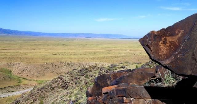 Наскальные рисунки на фоне северного склона Джунгарского Алатау.
