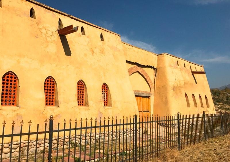 Современная крепость на городище Тальхир.