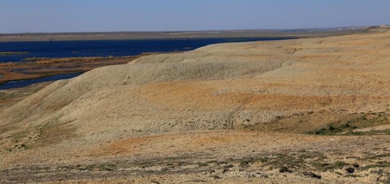 Озеро Жаланашколь с противоположной стороны укрепления Раим.