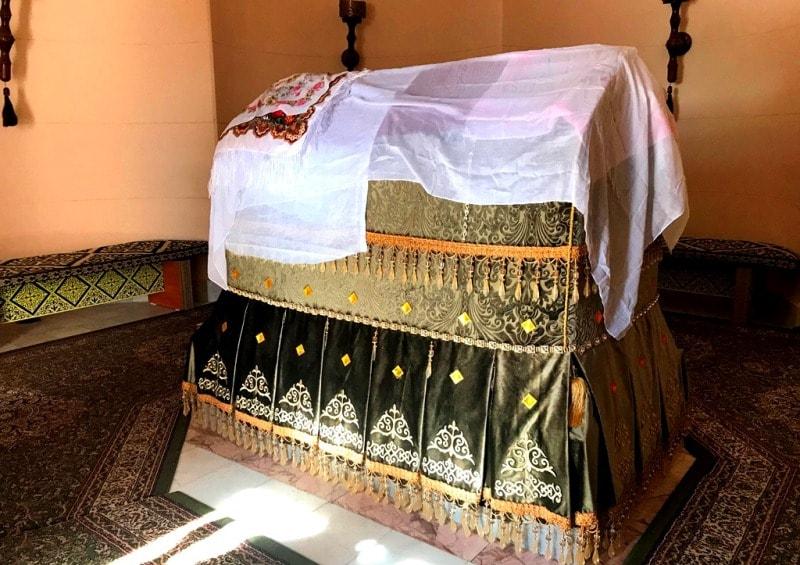 Надгробие в мавзолее Домалак ана.