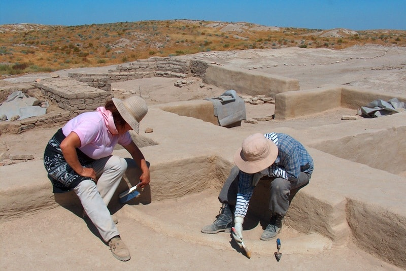Archeologists on the ancient settlement Otrar.