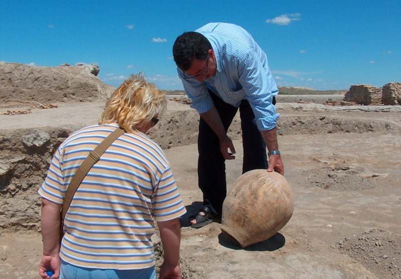 Туристы при раскопках на городище Отрар.