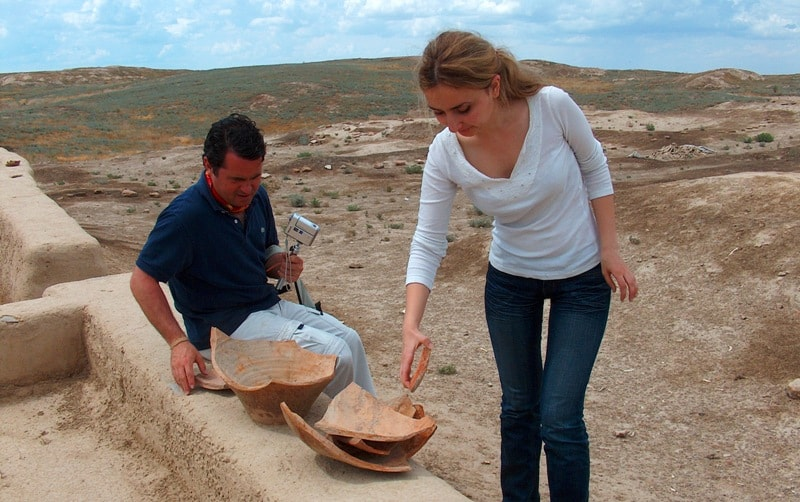Туристы на археологических раскопках на городище Отрар.