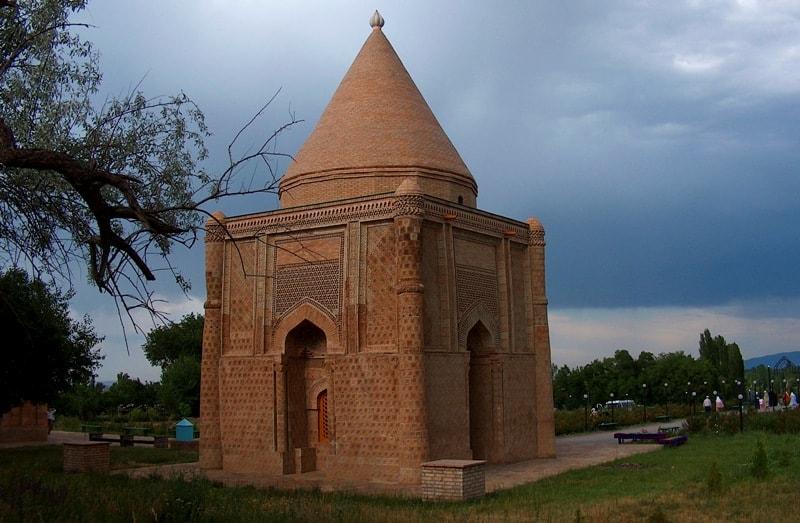 Мавзолей Айша-Биби в селе Айша-Баби.  XI – XII века.